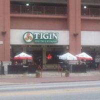 Foto tirada no(a) Tigin Irish Pub por Henderson S. em 10/23/2011