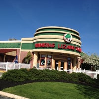 Foto diambil di Winking Lizard Tavern oleh Scott F. pada 4/4/2012
