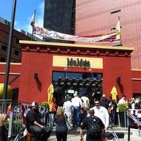 Foto tomada en MoMo's por Eddie O. el 4/15/2012