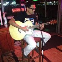 Foto scattata a Surfers Cafe da Mahalia C. il 9/2/2012