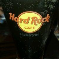 Снимок сделан в Hard Rock Cafe Houston пользователем Troy R. 6/27/2012