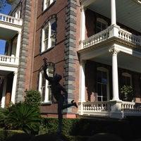 Foto tomada en Calhoun Mansion por Lynda B. el 12/14/2011
