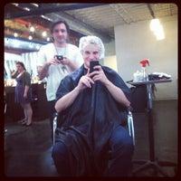 Das Foto wurde bei Melrose & McQueen Salon von Kyle V. am 3/21/2012 aufgenommen