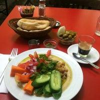 9/11/2012 tarihinde Caitlin S.ziyaretçi tarafından Zula Hummus Café'de çekilen fotoğraf