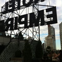 Foto tirada no(a) The Empire Hotel Rooftop por Bernie M. em 7/21/2012
