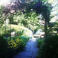 Das Foto wurde bei The Garden at St. Luke in the Fields von Gene S. am 6/6/2012 aufgenommen