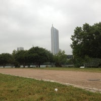 Foto tirada no(a) Auditorium Shores at Lady Bird Lake por Suzie B. em 4/13/2012