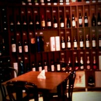 Foto tirada no(a) Carpe Diem Wine Shop & Bar por M A. em 4/19/2012
