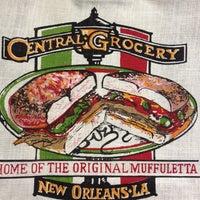 Foto tomada en Central Grocery Co. por Kerri M. el 6/29/2012