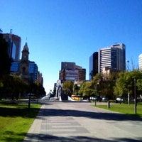 รูปภาพถ่ายที่ Victoria Square/Tarndanyangga โดย Lachlan C. เมื่อ 3/28/2012