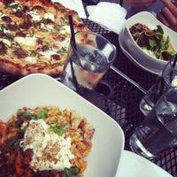 Foto tomada en Muddy Waters Bar & Eatery por Natasha P. el 6/16/2012