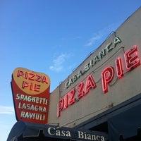 Foto scattata a Casa Bianca Pizza Pie da iriggs il 7/7/2011