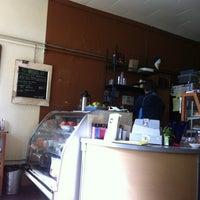 Photo prise au Arleta Library Bakery Cafe par Julie C. le5/2/2012