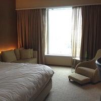 Foto tirada no(a) Traders Hotel por Sue E. em 3/16/2012