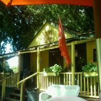 รูปภาพถ่ายที่ Hidden House Coffee โดย Aaron M. เมื่อ 6/6/2011