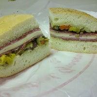 Foto tomada en Central Grocery Co. por Susanna L. el 1/17/2012