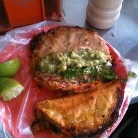 Foto tomada en Tacos de Barbacoa El Amigo por Viena C. el 8/18/2012