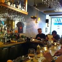 Foto scattata a Cafe Mogador da Shanna G. il 5/25/2012