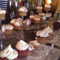 รูปภาพถ่ายที่ The Yellow Leaf Cupcake Co โดย Clint T. เมื่อ 4/22/2012