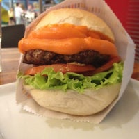 Foto tirada no(a) Wow Burger por Dayse P. em 2/18/2012