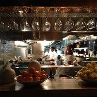 Das Foto wurde bei Houston's Restaurant von Alex C. am 2/24/2012 aufgenommen