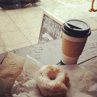 Das Foto wurde bei Dun-Well Doughnuts von Megan E. am 2/14/2012 aufgenommen