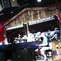 Foto tomada en Shout House Dueling Pianos por Jill B. el 5/3/2012