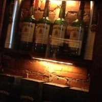 Das Foto wurde bei Hurley's Irish Pub von Matthew H. am 3/18/2012 aufgenommen