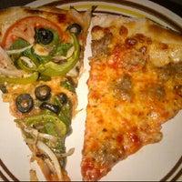 5/21/2012 tarihinde Dana T.ziyaretçi tarafından Paula & Monica's Pizzeria'de çekilen fotoğraf