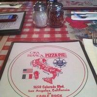 Foto scattata a Casa Bianca Pizza Pie da Michael R. il 5/16/2012