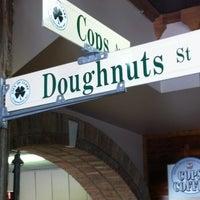 รูปภาพถ่ายที่ Cops & Doughnuts Bakery โดย Amanda P. เมื่อ 5/28/2012