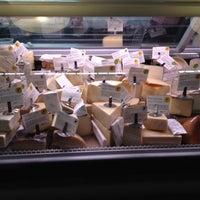 Foto tomada en Antonelli's Cheese Shop por Jennifer M. el 7/11/2012