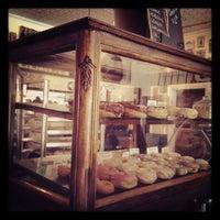 Das Foto wurde bei Dun-Well Doughnuts von dawn h. am 7/21/2012 aufgenommen