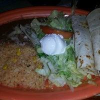 Foto tomada en La Parrilla Mexican Restaurant por Sam G. el 8/24/2012