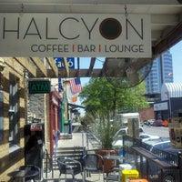 รูปภาพถ่ายที่ Halcyon Coffee, Bar & Lounge โดย Tim H. เมื่อ 3/26/2012