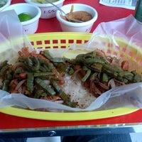 Das Foto wurde bei COMBInados, Tacos, cortes y + von Eduardo V. am 7/11/2012 aufgenommen