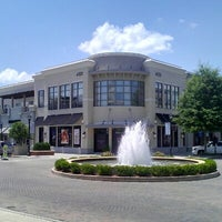 Foto tomada en North Hills Shopping Center por Christian A. el 7/27/2012