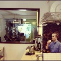 Foto tirada no(a) Nylon Coffee Roasters por dennis t. em 7/1/2012