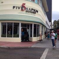 Foto diambil di 5 Napkin Grill oleh Ricardo O. pada 3/15/2012