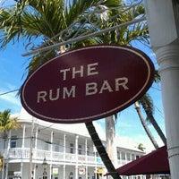 Foto tirada no(a) Rum Bar at the Speakeasy Inn por Bahama Bob L. em 6/13/2012