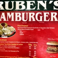 Foto tomada en Ruben's Hamburgers por Rick R. el 9/4/2012