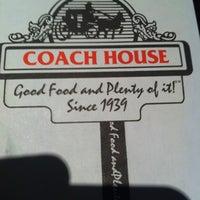 รูปภาพถ่ายที่ Coach House โดย Hector T. เมื่อ 2/9/2012