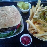 8/2/2012にJen C.がIzzy's Burger Spaで撮った写真
