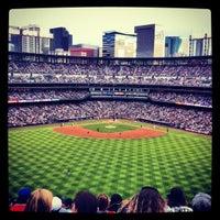 Das Foto wurde bei Coors Field von Stacy C. am 5/6/2012 aufgenommen
