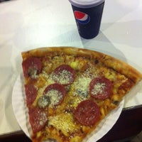 Foto tomada en Monster Pizza por Tofer V. el 9/4/2012