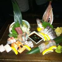 Foto tomada en Blue Ribbon Sushi por Kimberly V. el 3/25/2012