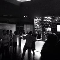 Foto tirada no(a) Burgundy Bar & Lounge por Ling Ling T. em 3/24/2012
