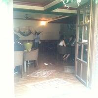รูปภาพถ่ายที่ Beyoğlu Cafe โดย Ata Çağdaş Y. เมื่อ 6/23/2012