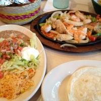Foto tomada en La Parrilla Mexican Restaurant por Joe S. el 7/13/2012