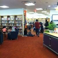 Foto scattata a Queens Library at Sunnyside da Elizabeth il 2/18/2012